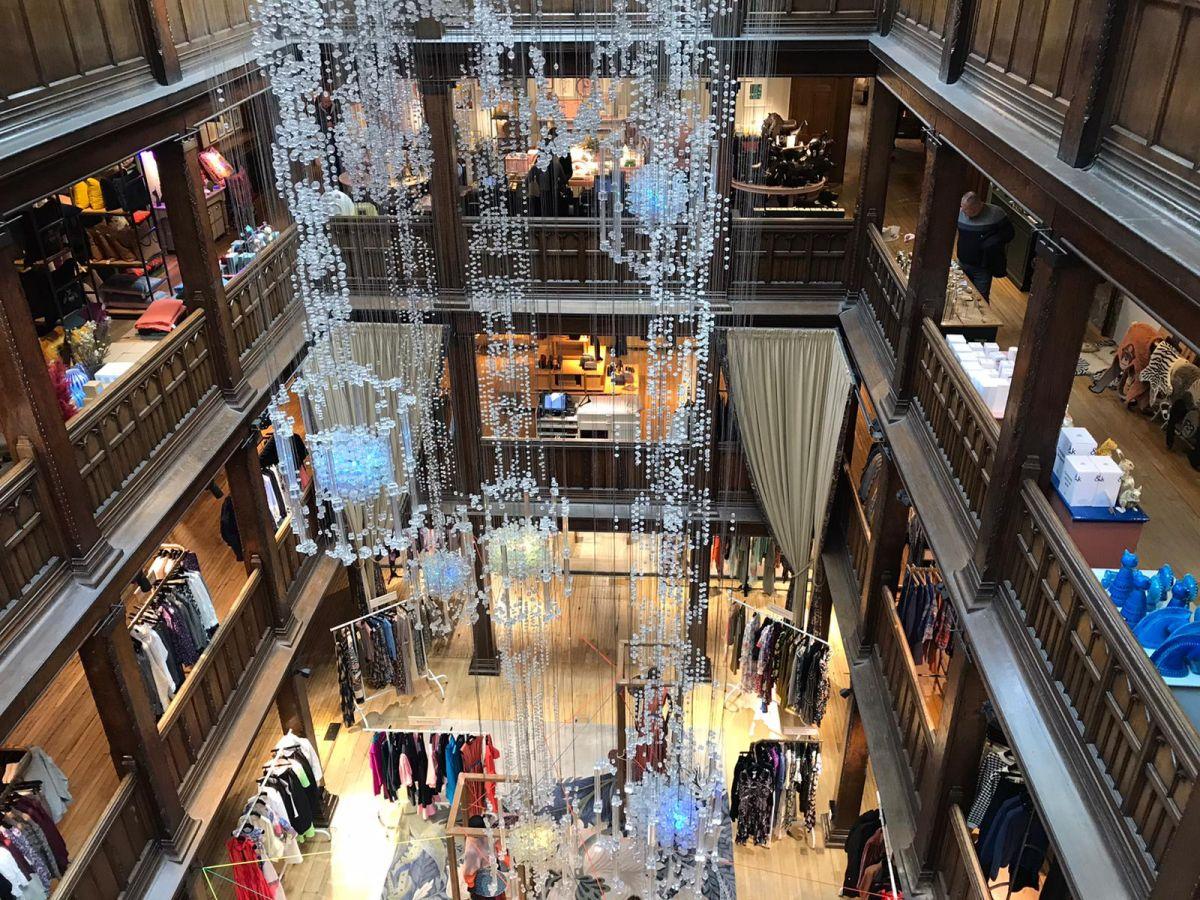 L'interno dei magazzini Liberty di Londra