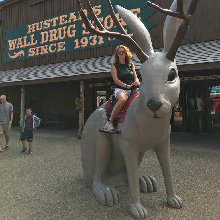 il jackalope a wall vicino al parco delle badlands in south dakota