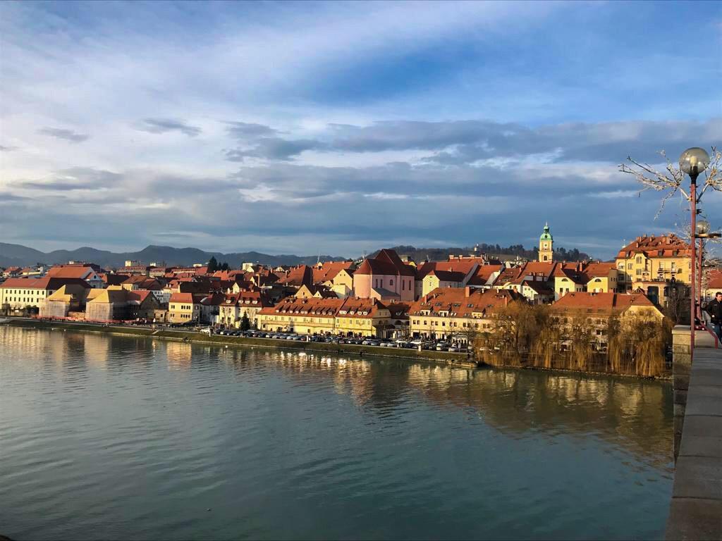 san valentino in slovenia: il panorama di Maribor dal ponte sulla Drava