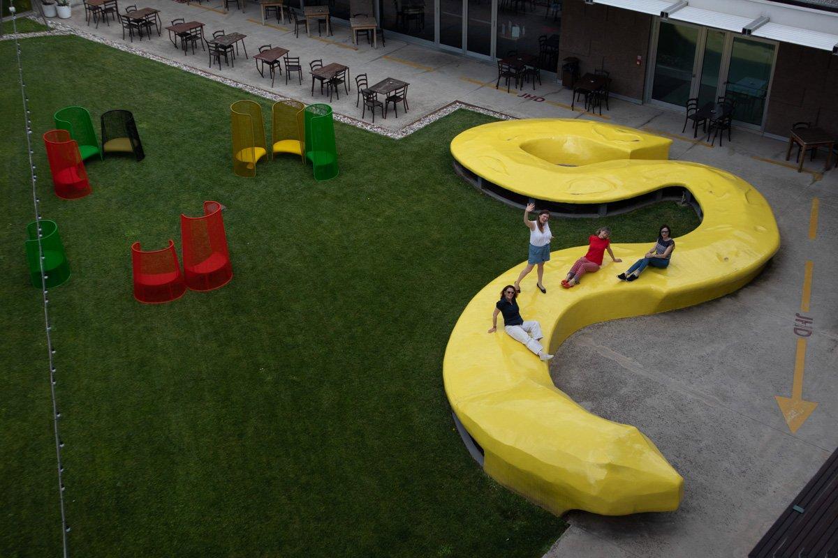 jhd dunant hotel scultura serpente poltrone colorate nel giardino